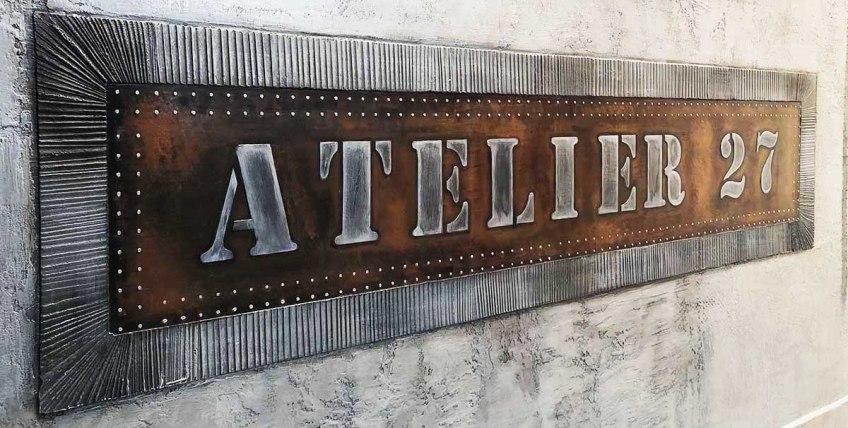 Agence de voyage style industriel murs métal et IPN style Eiffel