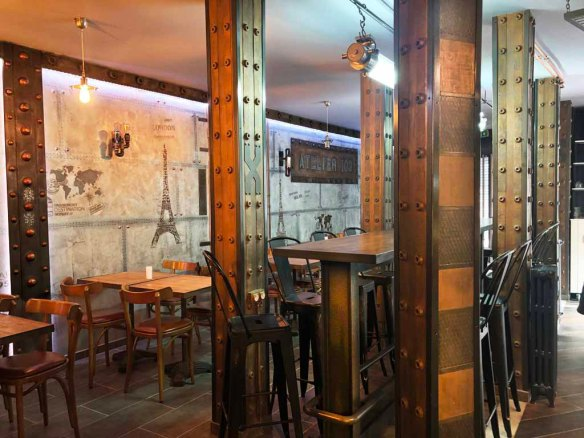 Idée décoration restaurant traditionnel murs métal et style industriel et IPN style Eiffel