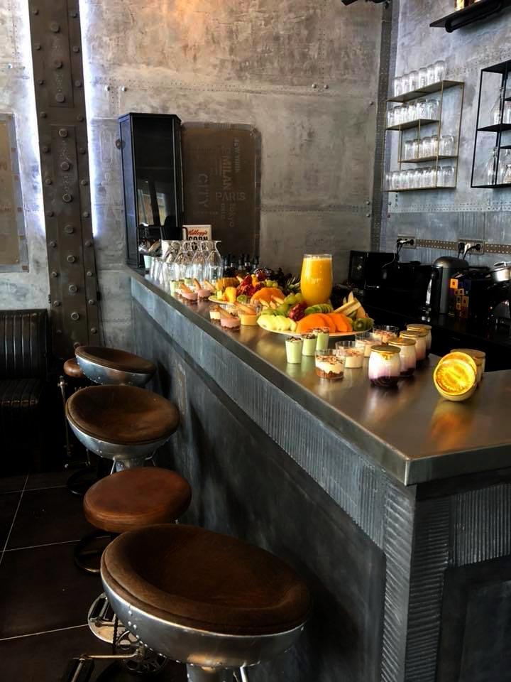 idée décoration comptoir de bar style Eiffel et industriel