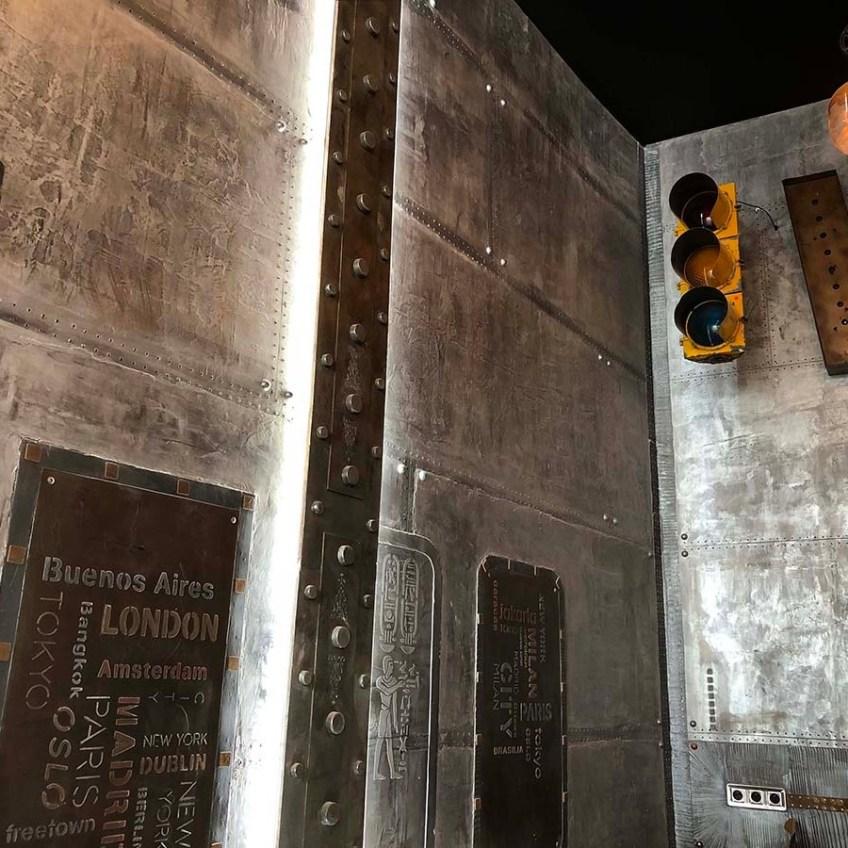 décoration restaurant style industriel murs métal et IPN style Eiffel