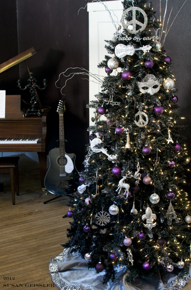 Pick just one as a statement piece, such as a vanity fit for a queen, or fill your bedroom with a whole matched set and live royally. 38 Black Christmas Tree Decorations Ideas - Decoration Love