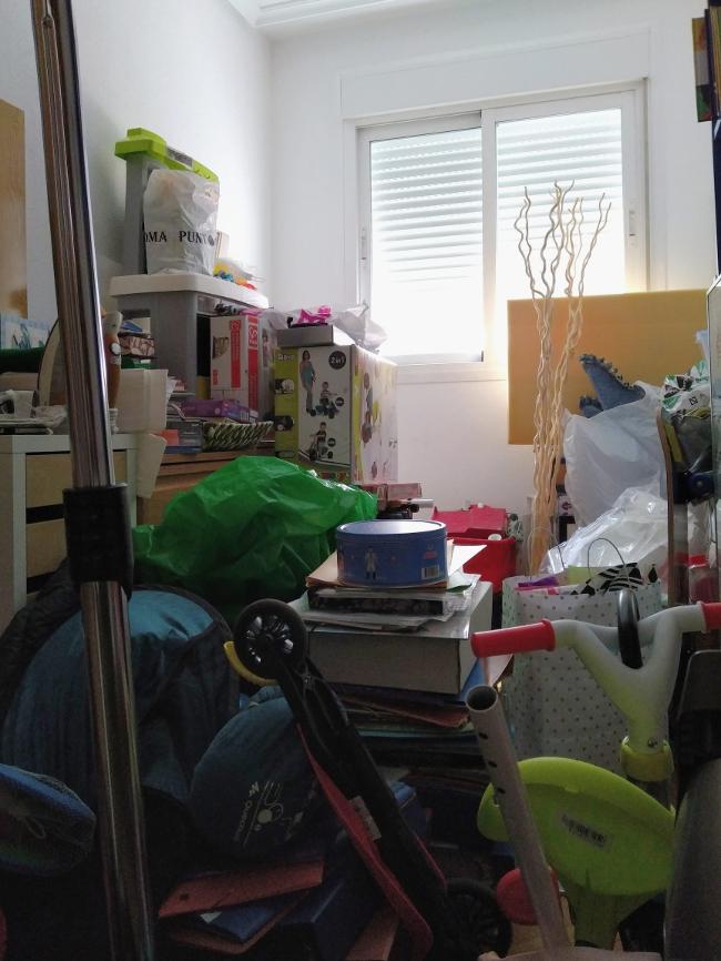 dormitorio lleno de trastos