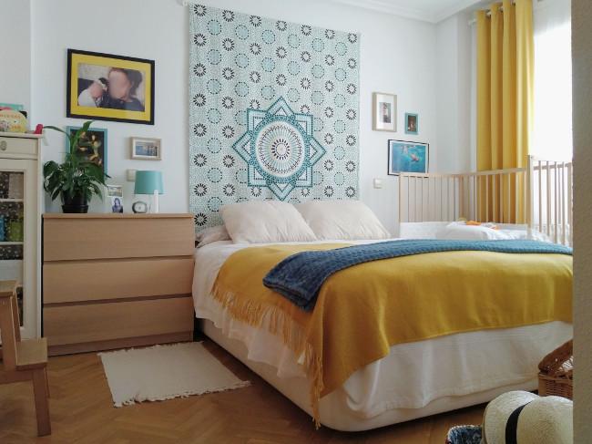un cabecero de cama original y económico en la pared focal del dormitorio de matrimonio