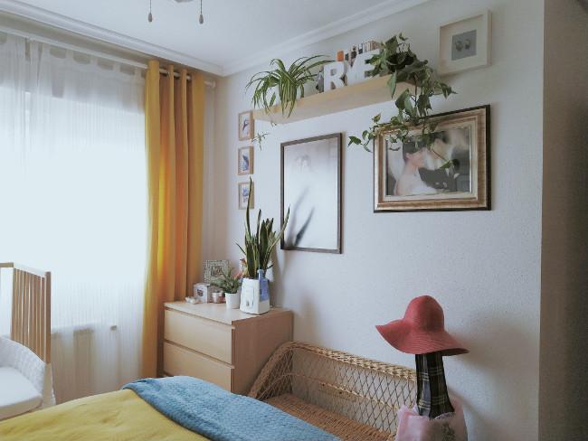 rincón con plantas en dormitorio de matrimonio