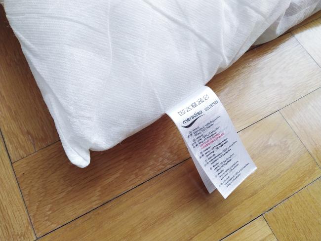 al limpiar los cojines, nos fijamos en la etiqueta del relleno para saber si se puede lavar