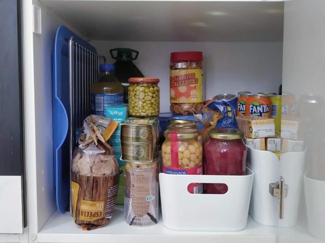 conservas en un armario de cocina