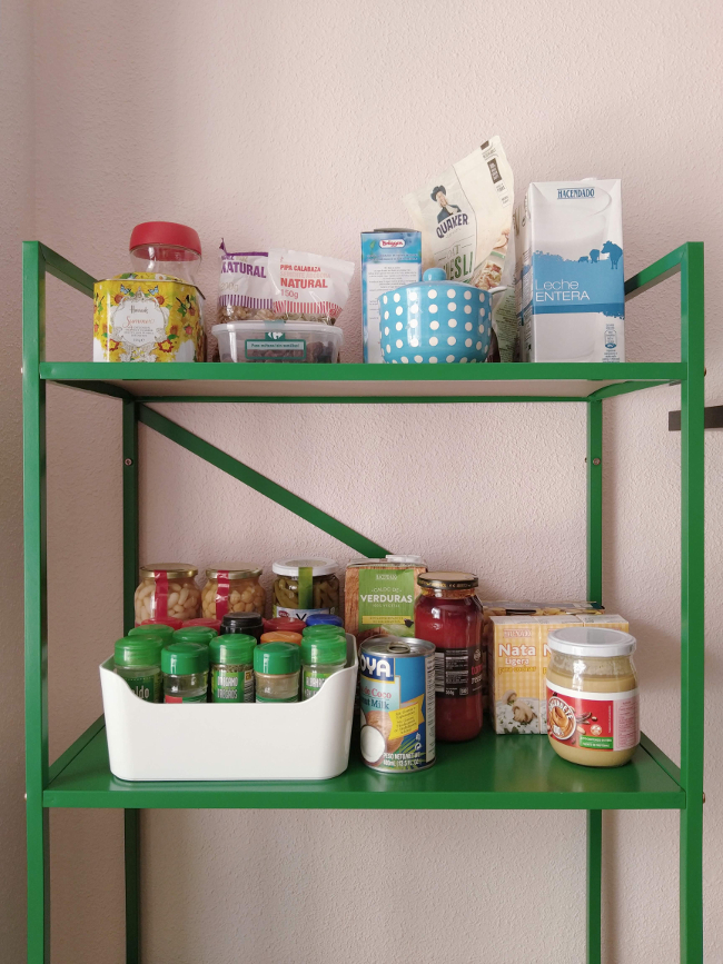almacenar alimentos en baldas a la vista en la cocina da un aspecto recargado