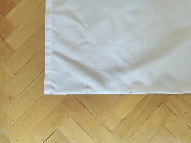 se recolocan los alfileres a lo largo del bajo de la cortina para crear una línea recta