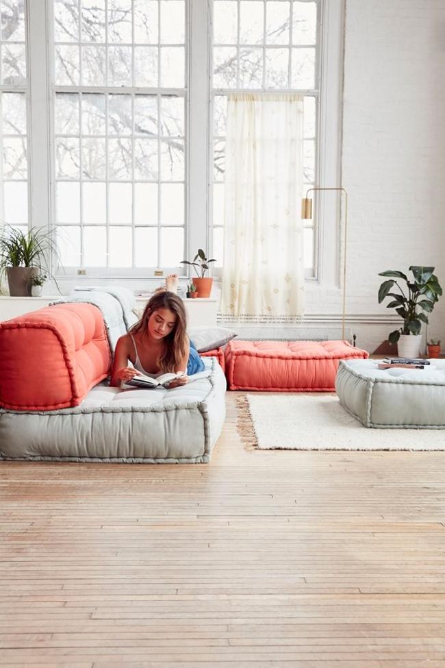 sofás a nivel de suelo en un salón de estilo escandinavo o estilo nórdico