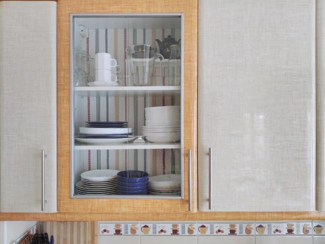 cómo empapelar con tela el fondo de un armario