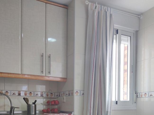 colocar una barra de cortina sobre azulejos