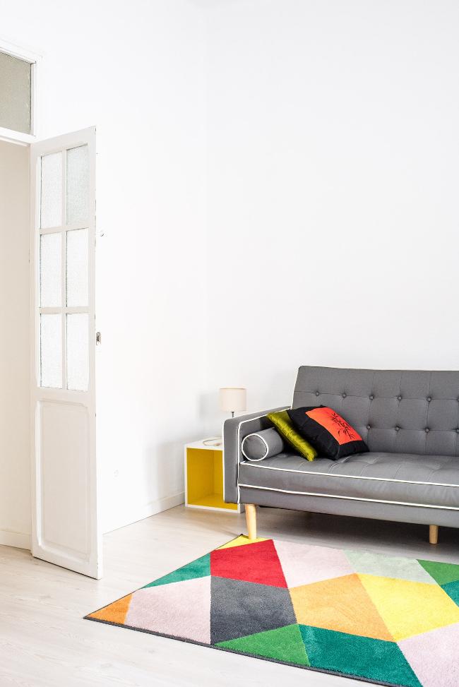 toques de color en los textiles y los muebles para dar vida al ambiente