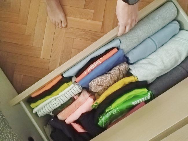 """cajón con ropa """"archivada"""" a lo Marie Kondo"""