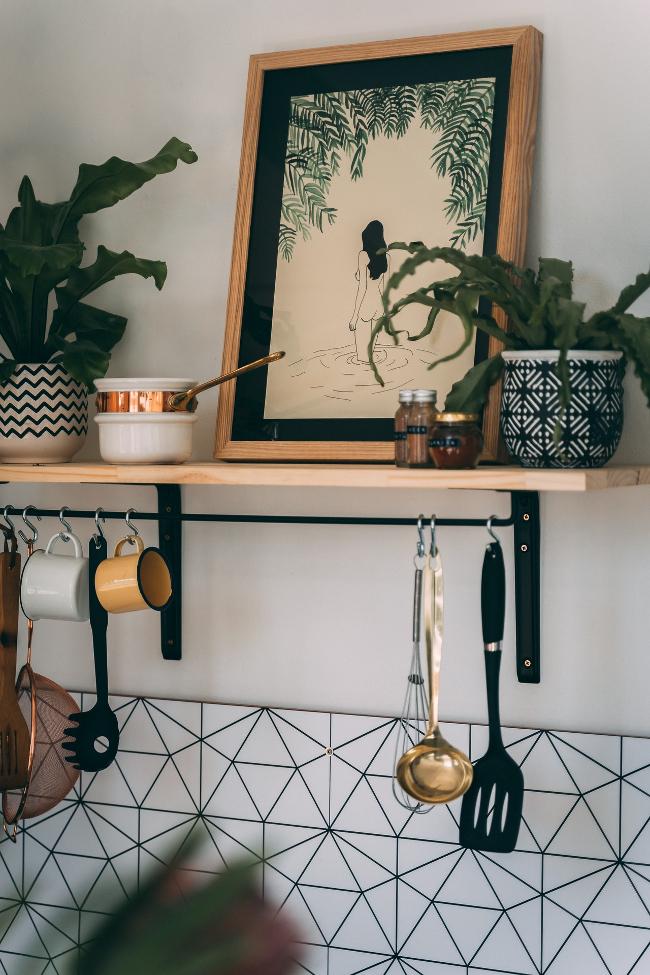 una lámina oriental en una cocina occidental