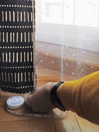 midiendo el largo de la cortina hasta abajo