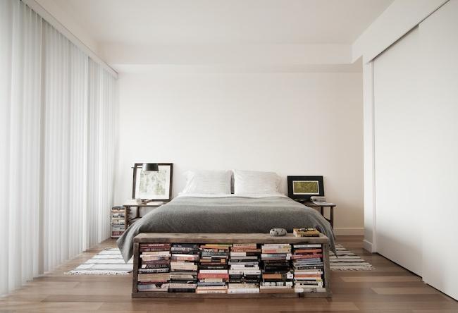 libros a los pies de la cama