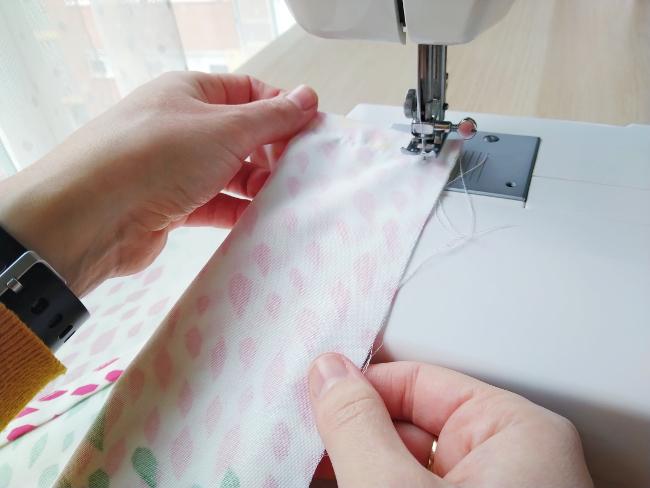 se gira 90 grados en la esquina con la aguja atravesando la tela y el prensatelas levantado