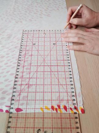 marcando la tela con regla y escuadra