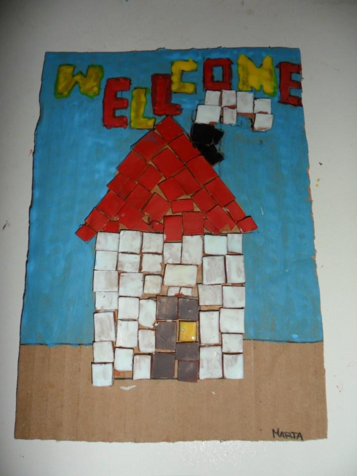 Mosaico realizado con secciones de barro que muestra una casa