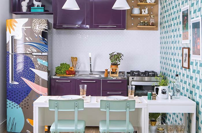 Um visual colorido para móveis e geladeira