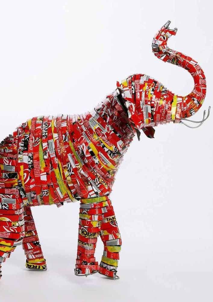 Em camadas: esse elefante foi totalmente feito com tiras de latinha de alumínio, olha o visual!