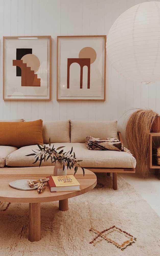 Com estilo mais étnico, essa sala de estar trouxe a base neutra do marfim combinada a tons mais fortes como o marrom e o mostarda