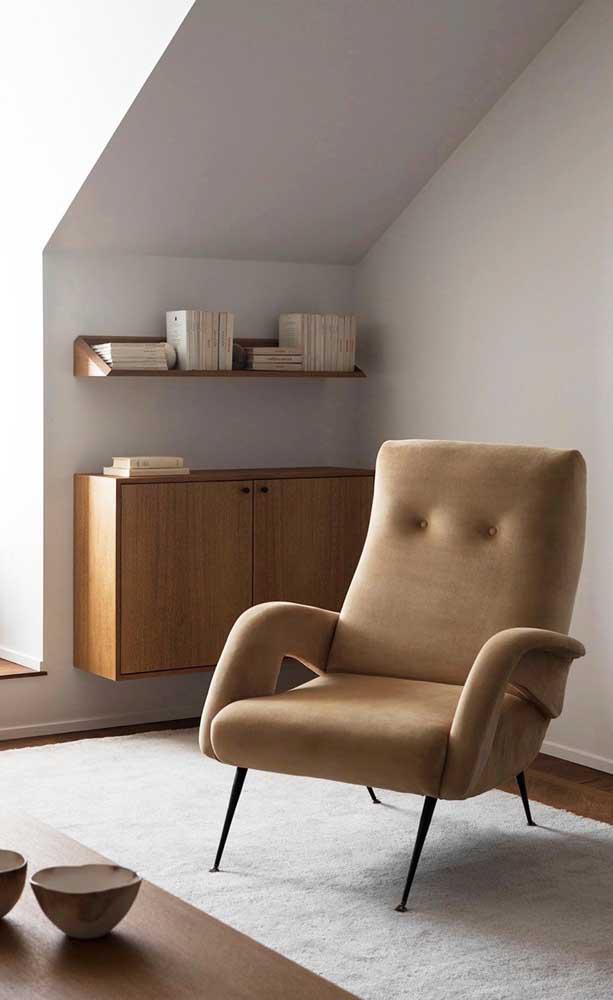 A poltrona com design traz o tom marfim como a cor principal; o leve toque de preto garante a modernidade da peça