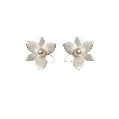 Naušnice u obliku cvijeta s biserom