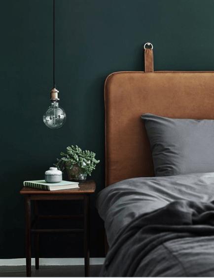 butelkowa zieleń na ścianie w sypialni