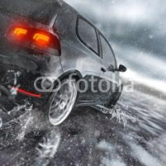 szybki-samochod-na-mokrej-jezdni-fototapeta-pokoj-chlopca