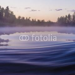 letni-krajobraz-z-rzeką-i-lasem-fototapeta