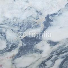 Jasny marmur z niebiesko szarymi pęknięciami