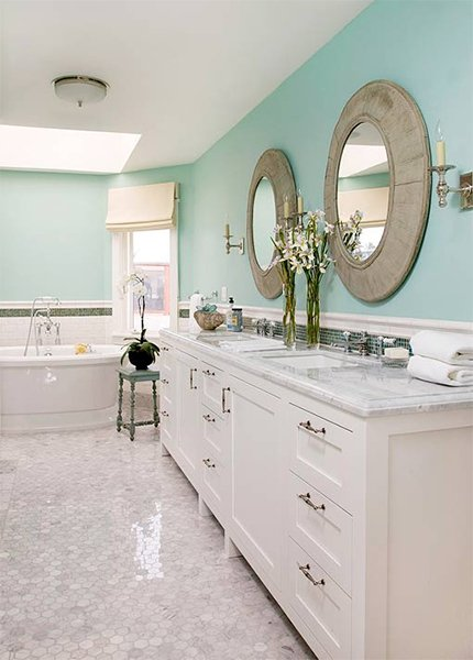 large chic bathroom white and turquoise
