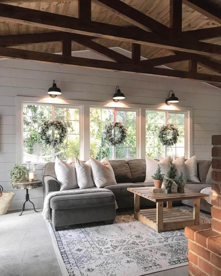 Un plafond en bois dans une déco cottage