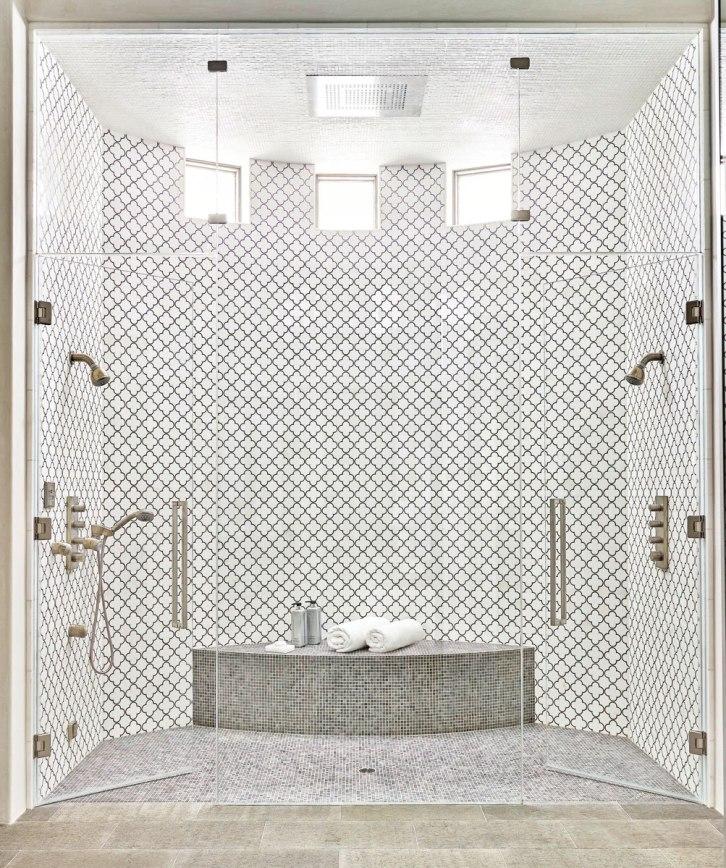 Un banc de douche que l'on remarque