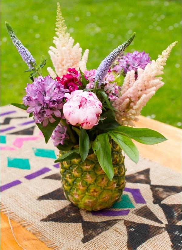 Une composition florale avec un ananas 1