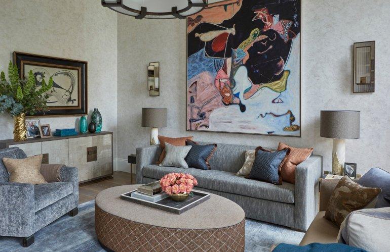 Un arrangement des coussins de canapé en trio séparé