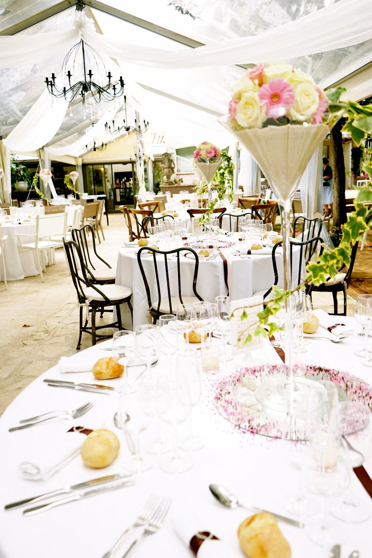 Idées déco // Charme et discrétion pour une cérémonie de mariage en plein air dans le sud