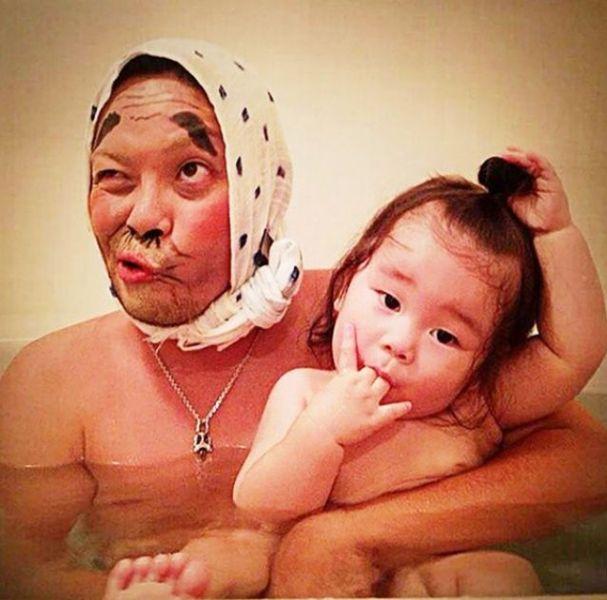 Padre japones hija bano 02