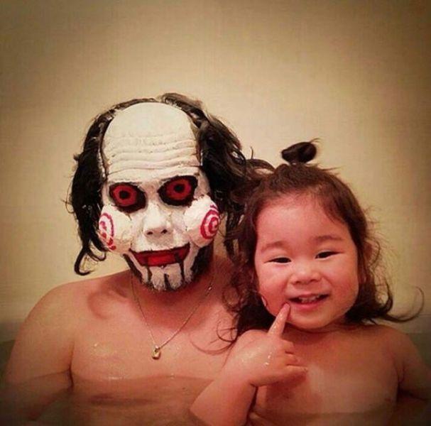 Padre japones hija bano saw
