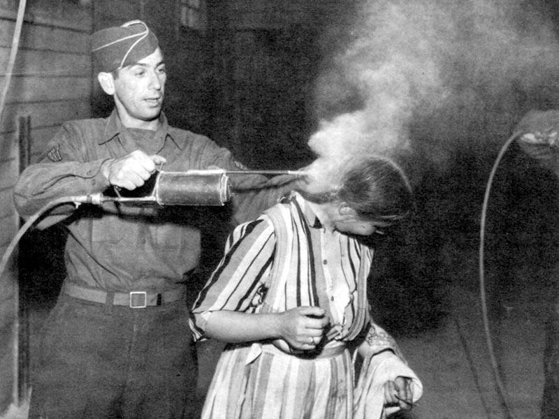 O DDT foi muito utilizado para combater o tifo difundido pelos piolhos e também indiscriminadamente pela população.