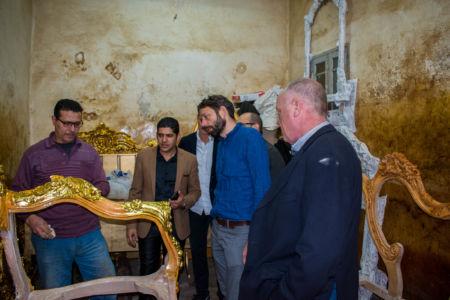 استخدام الطلاء الذهبي في صناعة الأريكة (أسلوب كلاسيكي) بسوق عبدالرحمن.