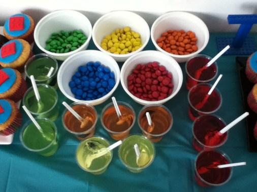 M&Ms separados por cor para parecerem peças de Lego