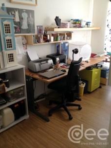 Mesa de computador e zona de fotos