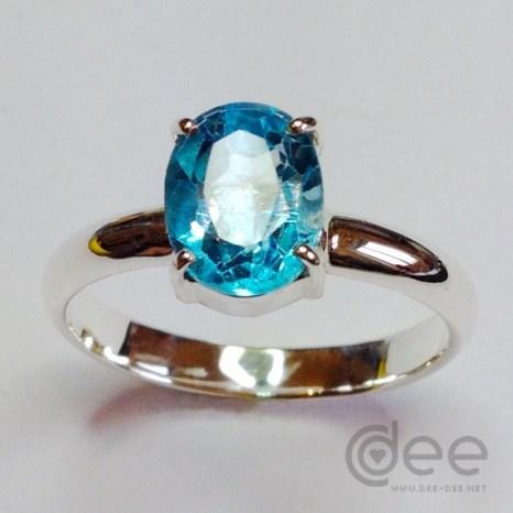 anel solitario em prata com topazio