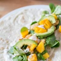 Wrap met gekruide kip, avocado en mango
