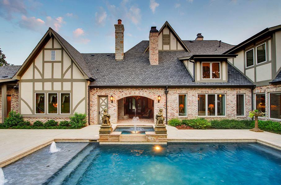 Imponente casa de estilo tradicional ingls  Fachadas de