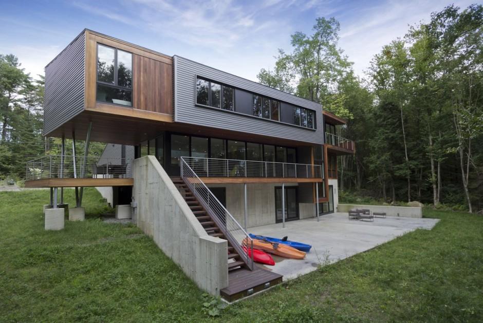 Casa moderna con revestimiento de madera y metal