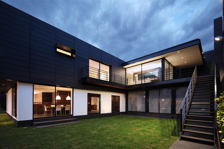 Imponente diseo de casa moderna en color negro  Fachadas