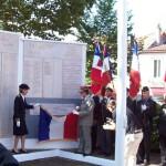 Madame la préfète de la Loire Fabienne BUCCIO et le général Péraldi (GAE OGZDS) découvrant la plaque à la maison de l'Armée de Saint Etienne